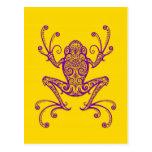 Rana arbórea púrpura compleja en amarillo postal