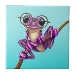 Rana arbórea púrpura linda con los vidrios del ojo tejas