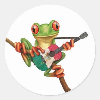 Rana arbórea que juega blanco de la guitarra de la etiquetas redondas