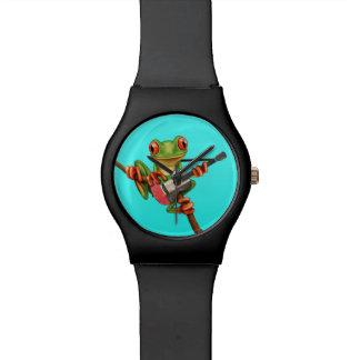 Rana arbórea que juega el azul de la guitarra de reloj