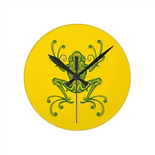 Rana arbórea verde compleja en amarillo relojes de pared