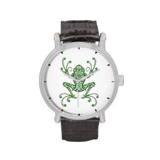 Rana arbórea verde compleja en blanco reloj de mano