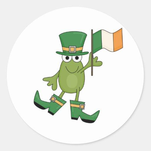 Rana con las camisetas y los regalos irlandeses de pegatina redonda