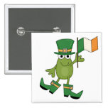 Rana con las camisetas y los regalos irlandeses de pins