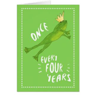 Rana de salto del cumpleaños del año bisiesto con tarjeta de felicitación