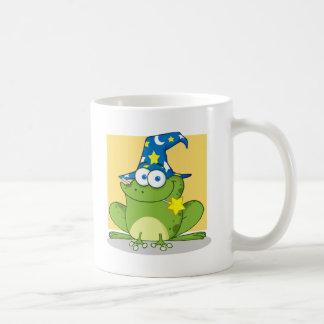 Rana del mago con una vara mágica en boca taza de café