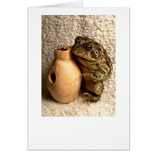 Rana del sapo que sostiene la fotografía miniatura tarjeta de felicitación
