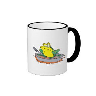 rana divertida en un dibujo animado del sartén tazas