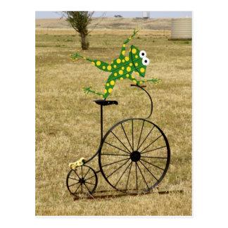 Rana emocionada en una bici tarjeta postal