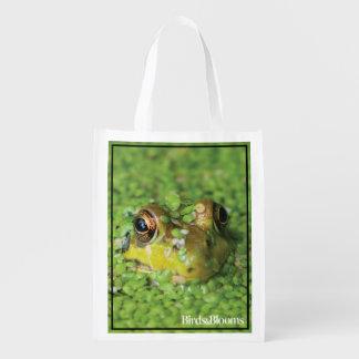 Rana en algas verdes bolsa de la compra