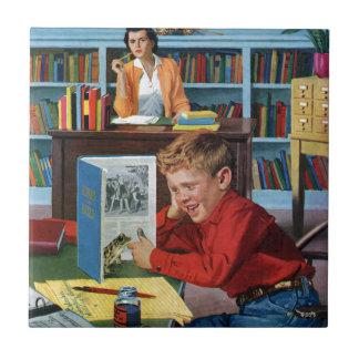 Rana en la biblioteca azulejo cuadrado pequeño