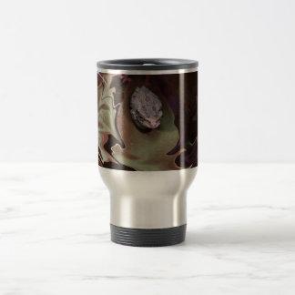 Rana en la falta de definición abstracta purpurina taza de café