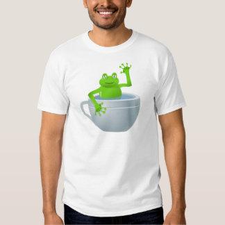 Rana inesperada divertida en mi taza de té playeras