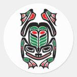 Rana nativa del arte del Haida - ennegrézcase en Pegatina Redonda
