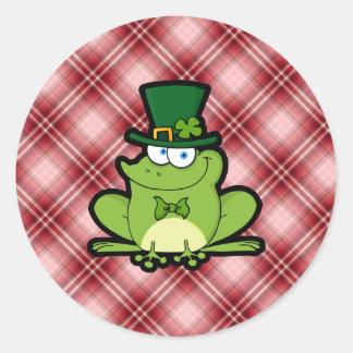 Rana roja del irlandés de la tela escocesa pegatinas redondas