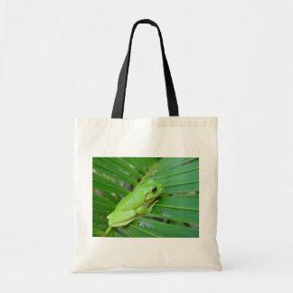 Rana sincera verde linda en la hoja de la palma bolsas de mano