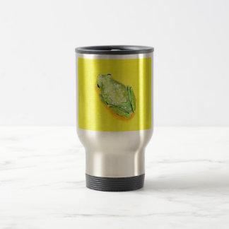 Rana verde en watercolour amarillo del fondo taza de viaje