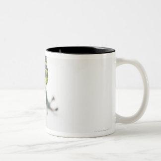 Rana verde manchada negro del dardo del veneno taza de café de dos colores