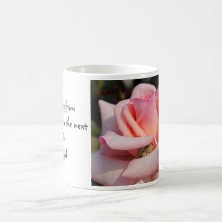 Rana verde minúscula en la taza color de rosa