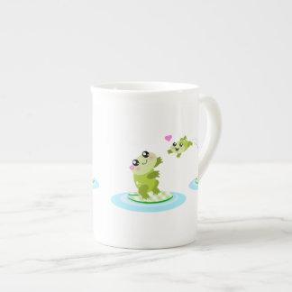 Ranas lindas - madre del kawaii y rana del bebé taza de porcelana