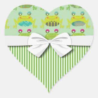 ranas y rayas felices enrrolladas lindas pegatina en forma de corazón