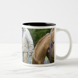 Rancheros que sacuden las manos a través de taza de dos tonos