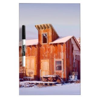 Rancho de madera viejo rústico del país rural de tableros blancos