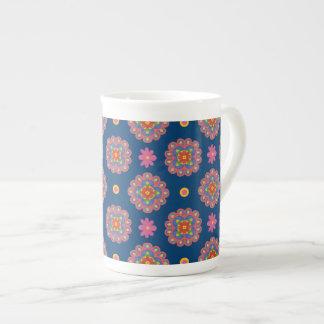 Rangoli florece lunares en la taza azul de la taza de porcelana