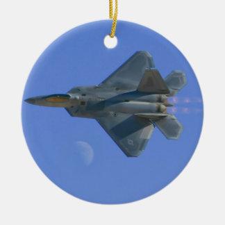 Rapaz F-22 sobre el ornamento de la luna Adorno Redondo De Cerámica