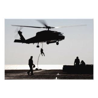 Rápido-cuerda de los personales fuera de un SH-60F Impresion Fotografica