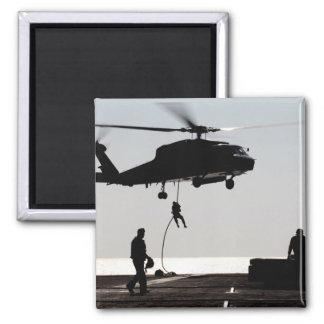Rápido-cuerda de los personales fuera de un SH-60F Imanes