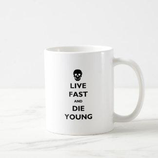 Rápidos vivos y mueren los jóvenes taza básica blanca
