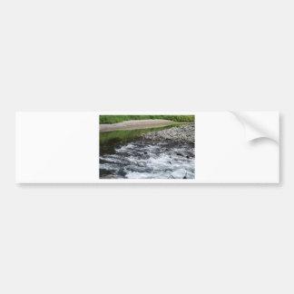 Rapids del río sobre rocas etiqueta de parachoque