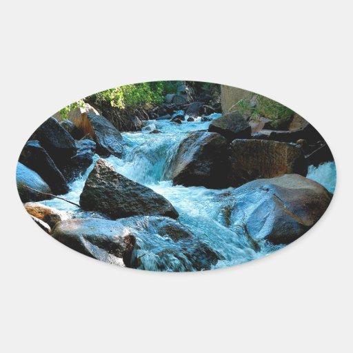 Rapids rocosos del río del agua calcomanías de ovales