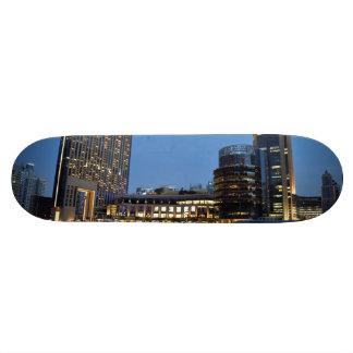 Rascacielos azules de la hora en el puerto tabla de skate