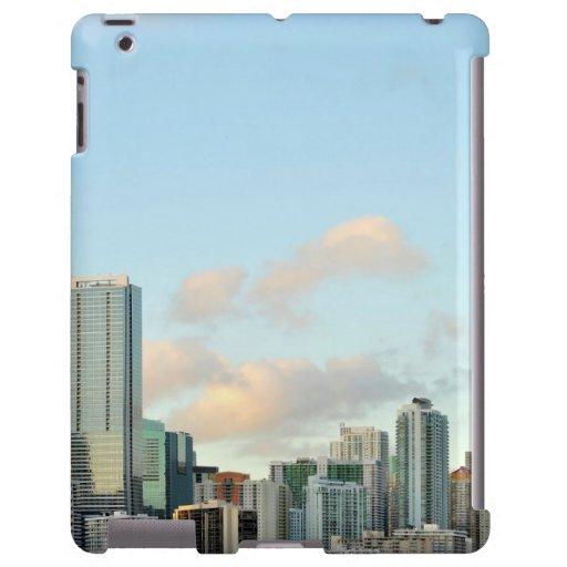 Rascacielos de Miami contra el cielo claro ancho