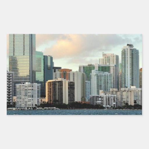 Rascacielos de Miami contra el cielo claro ancho Pegatina Rectangular