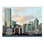 Rascacielos de Miami contra el cielo claro ancho Postal