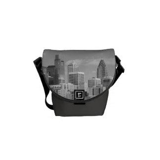 Rascacielos de Philly blancos y negros Bolsas De Mensajería