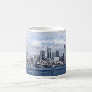 Rascacielos de Seattle Washington Taza Básica Blanca