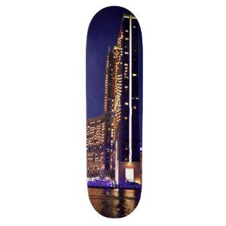 Rascacielos en el puerto deportivo de Dubai en la Tablas De Skate