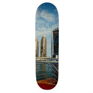 Rascacielos en el puerto deportivo de Dubai Patineta Personalizada