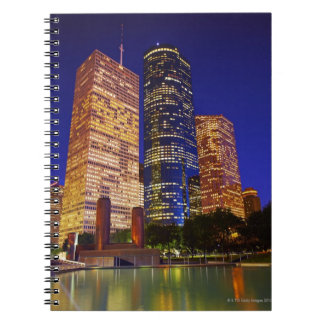 Rascacielos en Houston céntrica reflejada adentro Libro De Apuntes Con Espiral