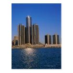 Rascacielos por el agua en Detroit Postales