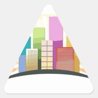 Rascacielos y sol que muestran una ciudad urbana pegatina triangular
