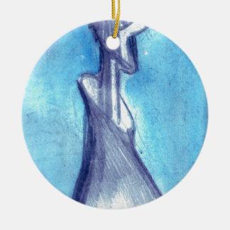 Rasgado por el cielo azul adorno navideño redondo de cerámica