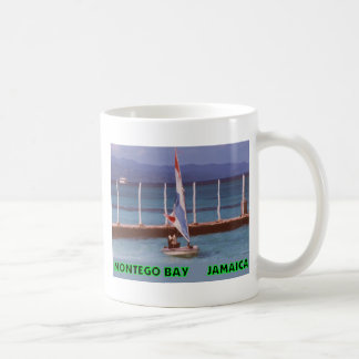 Rasta en un velero, Montego Bay Jamaica Taza Básica Blanca