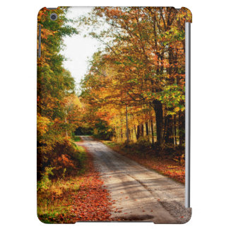 Rastro de madera con el follaje de otoño