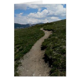Rastro en la cumbre de la montaña tarjeta de felicitación