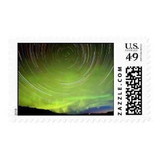 Rastros de la estrella y borealis de la aurora de franqueo